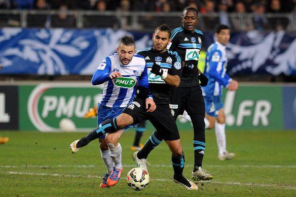 Le milieu de terrain de Grenoble Samir Diri rivalise avec l'attaquant français de Marseille Dimitri Payet, lors de la 32e journée de Coupe de France entre Grenoble (GF38) CFA et l'Olympique de Marseille (OM) L1, le 4 janvier 2015 au Stade des Alpes à Grenoble.