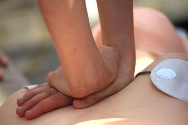 En France, 70 % des arrêts cardiaques surviennent en présence de témoins, mais près d'un sur 2 ne fait pas de massage cardiaque.