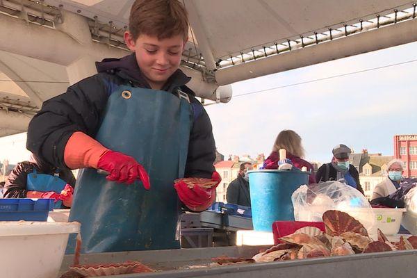 Pour le moment, la vente des coquilles Saint-Jacques se porte bien, mais le couvre-feu devrait sérieusement faire baisser le chiffre d'affaire des marins-pêcheurs et des mareyeurs.