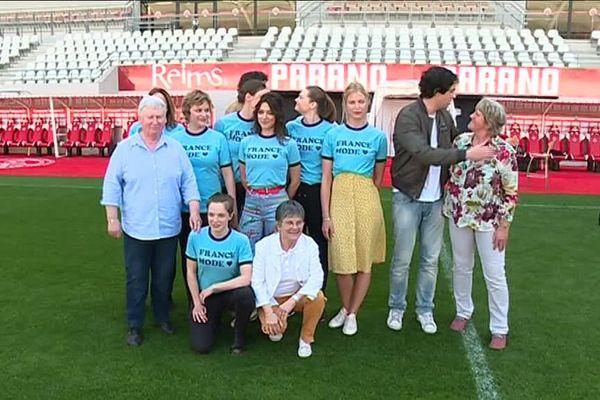 L'équipe du film en compagnie des anciennes joueuses internationales du Stade de Reims Michèle Monier, Ghislaine Royer-Souef et Isabelle Musset sur la pelouse du stade Auguste Delaune ce mardi 17 avril.