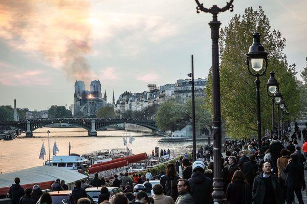 Le passants dans l'incompréhension devant le terrible incendie qui a ravagé la Cathédrale de Notre-Dame de Paris.