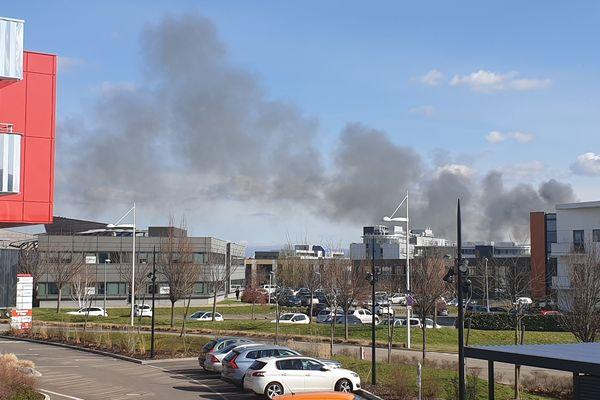 Le panache de fumée noire est largement visible depuis Schiltigheim et Strasbourg.