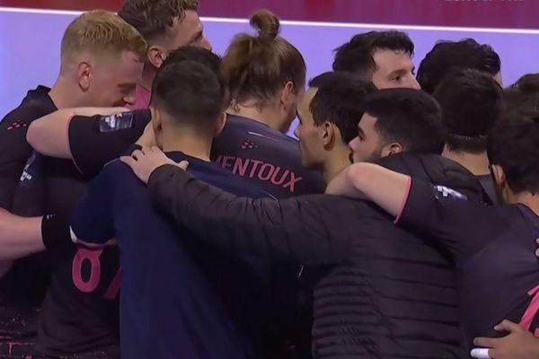 Les joueurs du Fénix Toulouse Handball soudés pour célébrer leur 1ère victoire en Coupe d'Europe : ils viennent d'écrire une page historique pour le club.