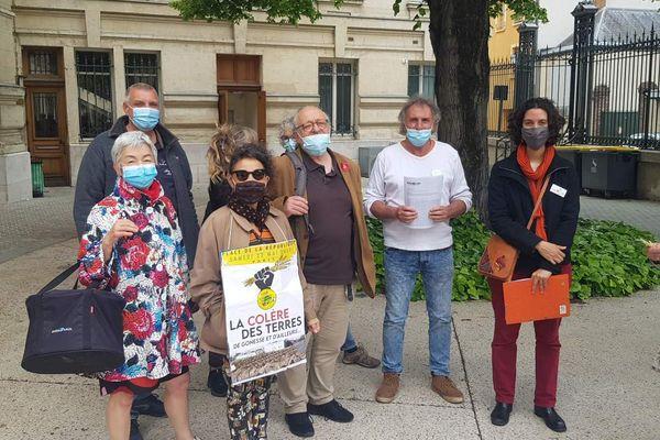 Devant l'hôtel de ville de Sens, les membres du collectif Stop Panhard ont remis les pétitions au commissaire enquêteur ce jeudi 20 mai.