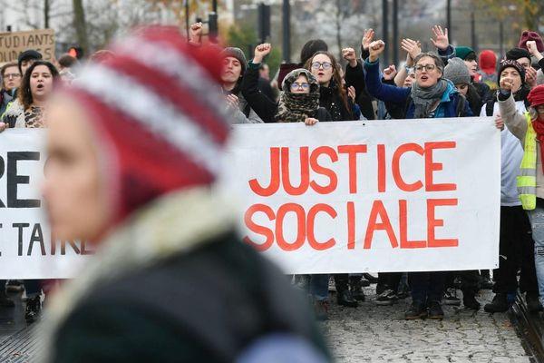 Une manifestation contre la réforme des retraites dans le centre-ville de Nantes le 7 décembre 2019.