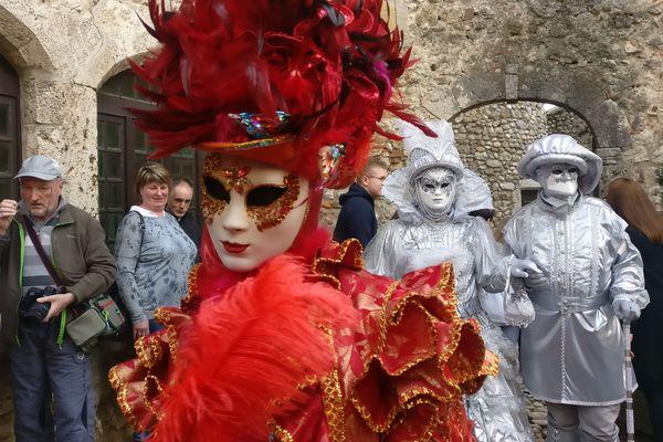 La cité de Pérouges, dans l'Ain, accueille une parade d'une soixantaine de personnes vêtues de costumes plus originaux les uns que les autres ce dimanche 8 avril.