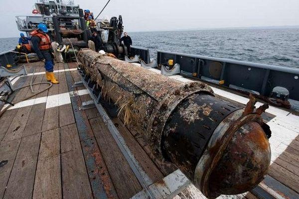 Une des deux énormes torpilles remontée par la Marine Nationale.