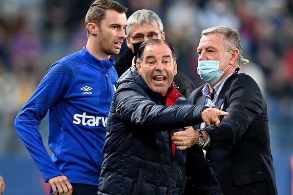 L'entraîneur du Stade Malherbe de Caen en colère lors du match Caen-Dijon