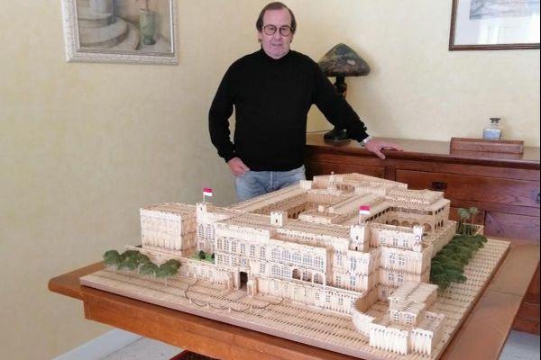 Gérard Guttin devant la réplique en allumettes du Palais princier.