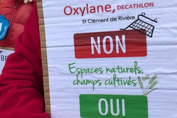 Une pancarte portée par les opposants au projet Oxylane de Décathlon devant le tribunal administratif de Montpellier le 7 janvier 2020.