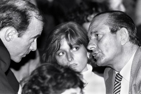Janvier 1984. Jacques Chirac, maire de Paris s'entretient en aparté avec Alain Juppé, observés par Claude Chirac.