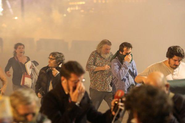 """Gaz lacrymogène contre jets de canettes, cinq personnes ont été interpellées lors de la """"marche de la colère"""" hier soir, devant la mairie de Marseille"""