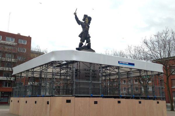 Le podium des musiciens a cette année été installé autour de la statue de Jean Bart, où se tiendra dimanche le rigodon final de la bande de Dunkerque.
