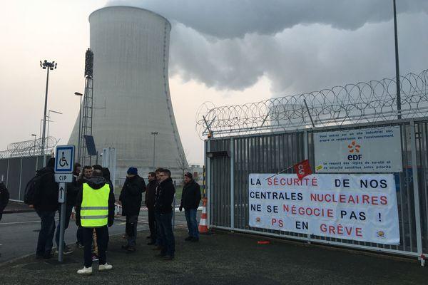 Les agents du service de sécurité de la centrale de Civaux (86) filtré ce jeudi matin l'entrée de l'usine.