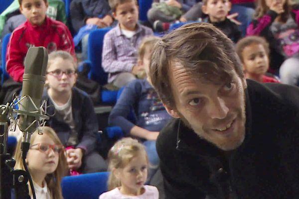 Jean-Carl Feldis fait découvrir la magie du bruitage de cinéma aux enfants, de quoi leur donner un sens critique et une certaine exigence cinématographique...