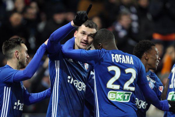 La joie du buteur du Racing Ludovic Ajorque et Youssouf Fofana lors victoire de Strasbourg face à Bordeaux en 1/2 finale de la Coupe de la Ligue le 30 janvier 2019