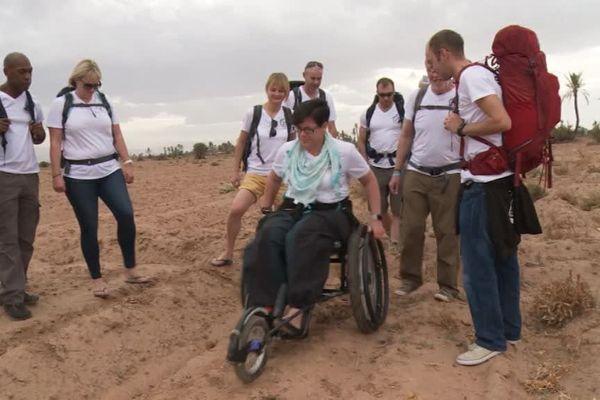 Lu Pearce, s'entraînant à pousser son fauteuil dans le sable.