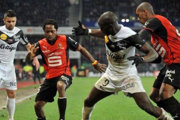 Le Guingampais Mustapha Yatabare aux prises avec le défenseur rennais Jean II Makoun lors de la rencontre entre le Stade Rennais (SRFC) et Guingamp (EAG) le 1er mars dernier en championnat.