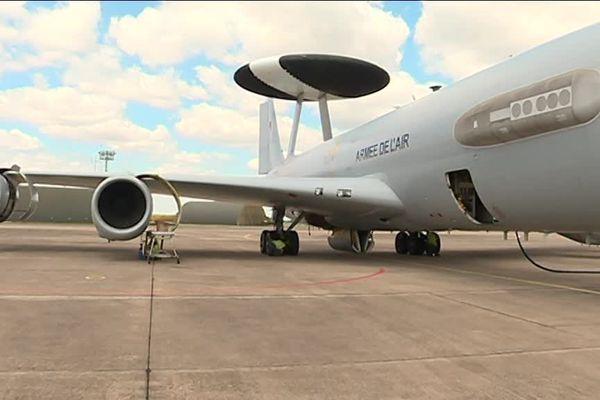 Des militaires de la base aérienne d'Avord on participé au défilé aérien avec un avion Awacs