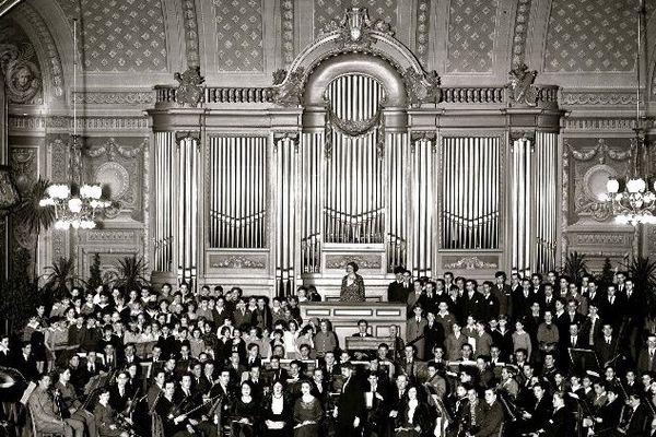 L'orgue Charles Mutin de la Salle Poirel à Nancy, probablement dans les années 50.