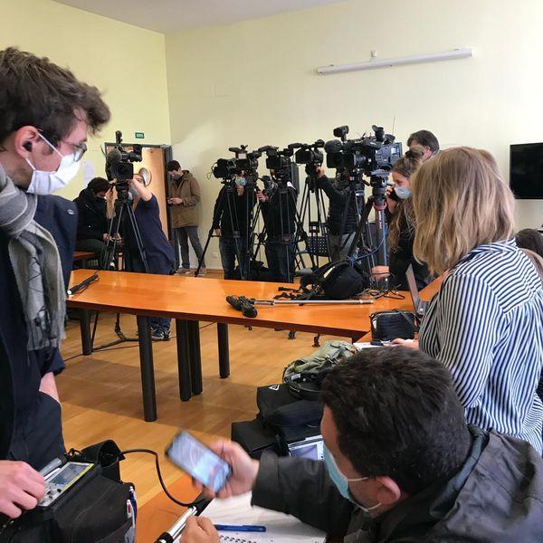 De nombreux journalistes sont présents et attendent la conférence de presse du procureur d'Epinal.