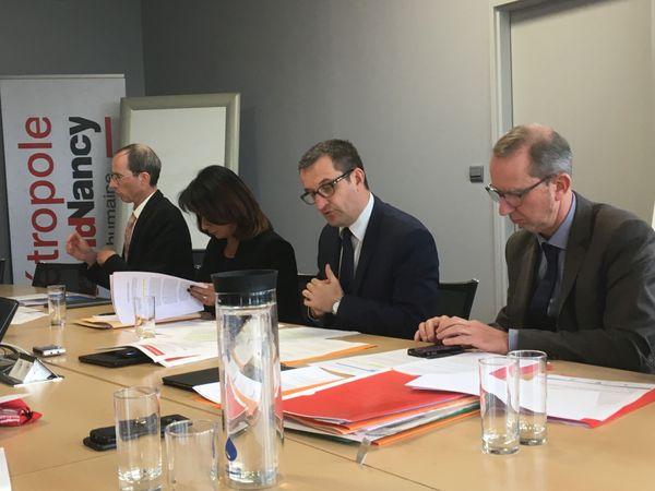 Christophe Choserot (au centre), vice-président délégué au projet du nouveau tramway et Malika Dati, vice-présidente déléguée à la Participation citoyenne.