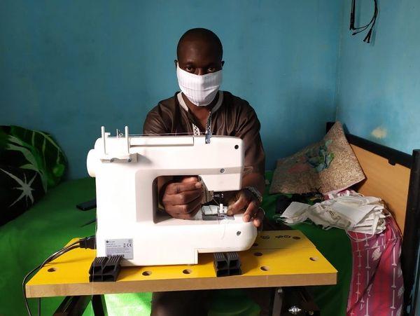 Amadou Dembélé vit dans un foyer du Val Fourré à Mantes-la-Jolie depuis 20 ans. Dans sa petite chambre, il a cousu plus d'une centaine de masques.