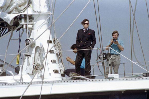 L'ancien président de l'Olympique de Marseille, homme d'affaires et ministre Bernard Tapie sur le pont du Phocea en 1988.