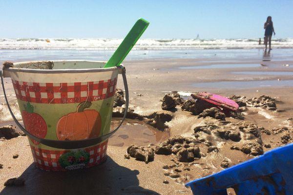 La pratique du château de sable est interdite... mais pas la baignade.