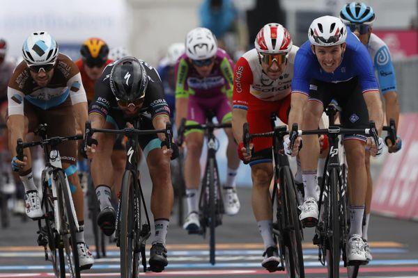 Il aura fallu attendre la photo finish pour départager les sprinters et nommer Arnaud Démare vainqueur de la 4ème étape du Giro 2020.