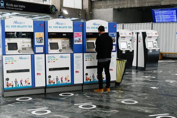 Les transports publics à l'épreuve du covid-19, services réduits, port du masque obligatoire, accès limité dans les trains, distanciation physique marquée au sol comme ici en gare SNCF de Nantes