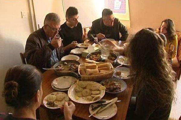 Les membres de cette famille réunis autour d'un plat typique irakien