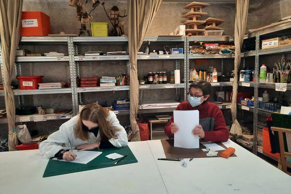 Atelier d'écriture pour cette étudiante, accompagnée par une art thérapeute