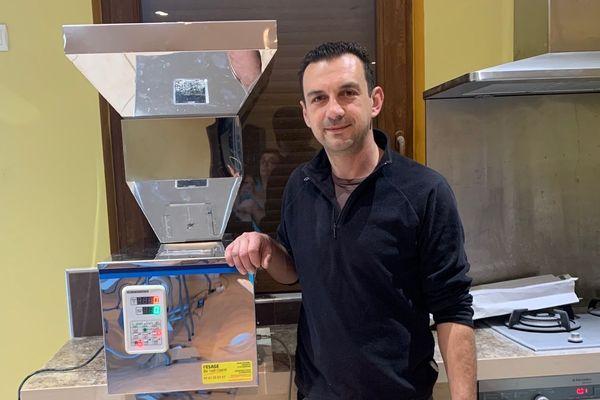 Julien Depetris (EARL de Saint Porquier) produit actuellement 3500 sachets de farine par semaine, contre à peine 2000 à l'année avant le confinement.