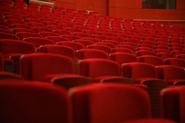 Des rangées de fauteuils dans un cinéma - Photo d'illustration