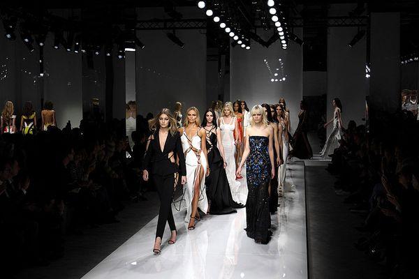 Le défilé Versace, à Paris, le 24 janvier 2016.