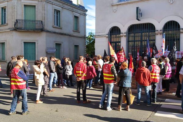 Vendredi 11 octobre matin, une centaine de personnes se sont rassemblées devant la trésorerie de Commentry, dans l'Allier.
