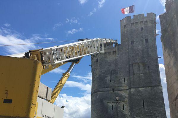 Les travaux de restauration de la tour Saint-Nicolas à La Rochelle avait débuté par la pose de poutrelles en acier pour consolider l'édifice.