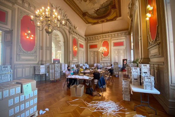 La mise sous pli a commencé à l'hôtel de ville de Poitiers