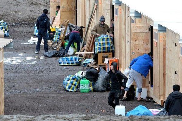 Des migrants s'installent dans le premier camp aux normes internationales le 07 mars 2016.