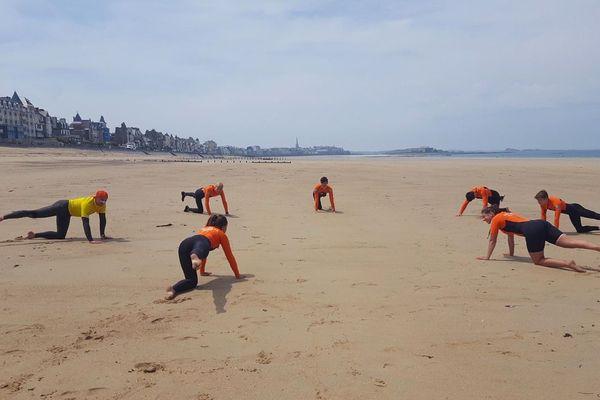 Échauffement des stagiaires en formation de sauveteurs sur la plage de Saint-Malo