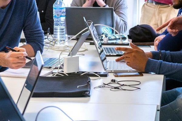 Les métiers les plus recherchés sont développeur, technicien de maintenance et d'exploitation informatique ou encore administrateur réseau et systèmes.