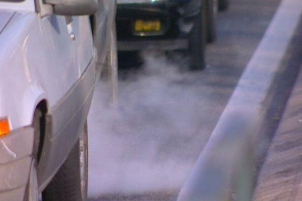 Les sources de particules sont nombreuses : le trafic routier, le chauffage résidentiel dont le chauffage au bois, l'industrie et les épandages agricoles en sont les principales.