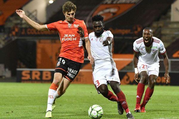 Lorient / Ajaccio (10e journée de L2) Le joueur de Lorient Pierre-Yves Hamel opposé au joueur d'Ajaccio Ismael Diallo