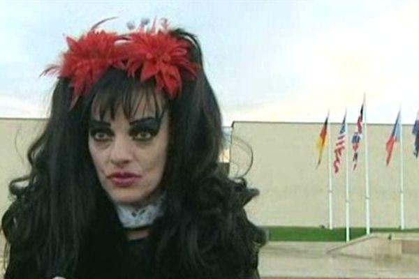 La diva punk encore sous le coup de l'émotion devant le Mémorial de Caen