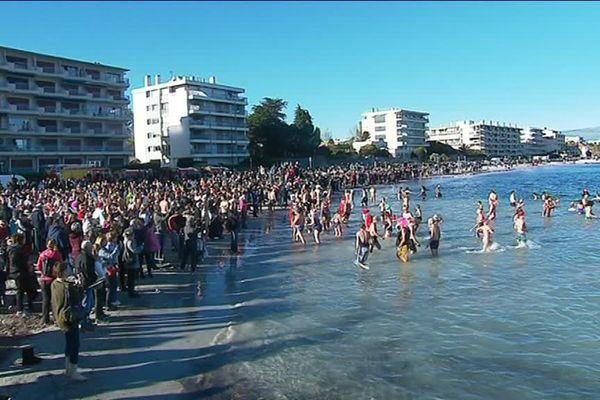 Près de 300 personnes ont répondu à l'appel de la baignade plage de la Salis.
