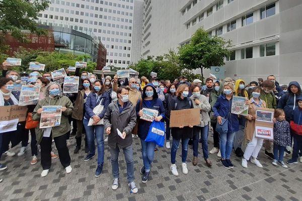 Des journalistes de la rédaction se sont rassemblés jeudi 4 juin devant le siège du Parisien pour demander le retour des éditions locales