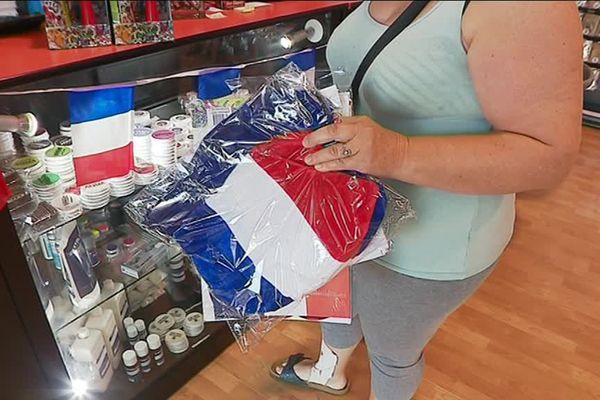 """Une cliente est venue acheter des articles """"Bleu-Blanc-Rouge"""" pour la finale."""