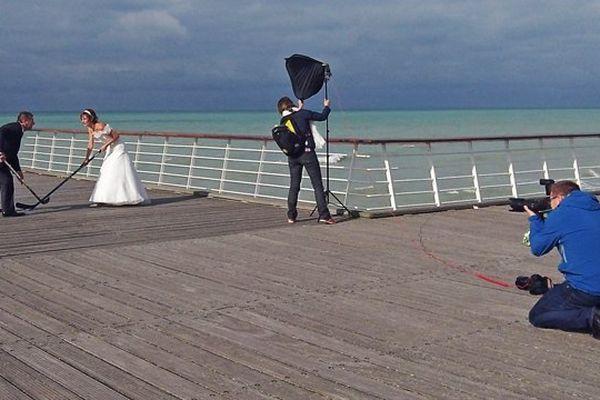 Séance de photo d'un mariage sur la plage de Veules les Roses (Seine-Maritime) / Archives