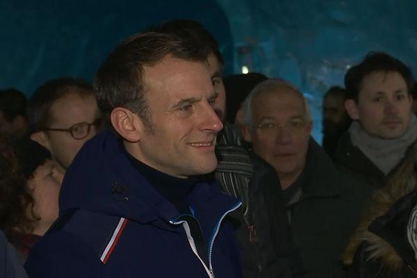 Emmanuel Macron dans les tunnels de la Mer de Glace.